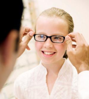 dijete ne želi nositi naočale, dijete odbija naočale, što kada djeca odbijaju nositi naočale