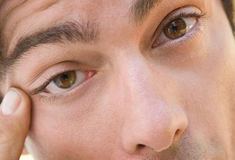 kako izvaditi leću iz oka