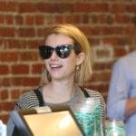 Emma Roberts nosi sunčane naočale Vogue VO 2889S